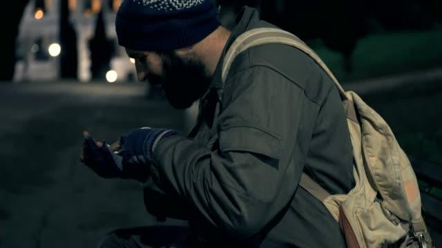 hambre-desamparados-en-Banco-por-la-noche-cuenta-sus-monedas