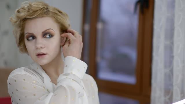 Modelo-mirando-al-espejo
