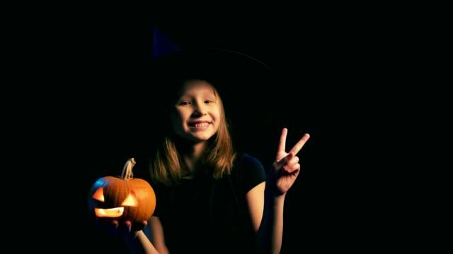 Muchacha-con-sombrero-de-bruja-negro-con-jack-o--lanterns