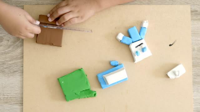 Infantil-manos-arcilla-colorido-juego-en-mesa-Desarrollo-de-las-habilidades-motoras-finas-de-los-dedos-y-creatividad-educación