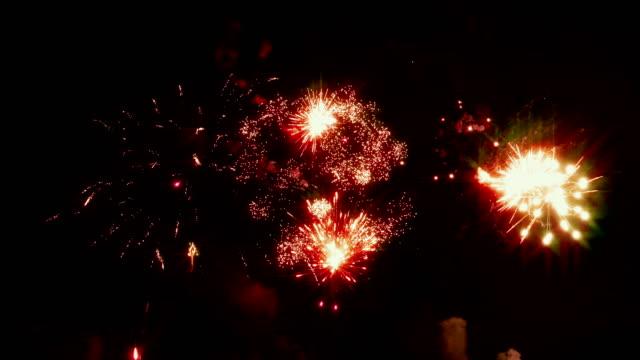 Fuegos-artificiales-brillantes-sobre-el-fondo-del-cielo-nocturno-en-fin-de-año-Bucle