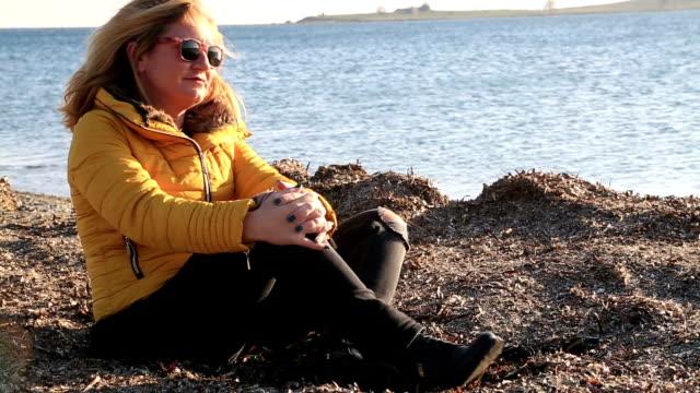 Mujer-pensativa-triste-en-la-playa-de-mar-de-invierno