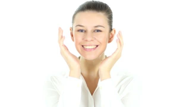 Sorprende-el-gesto-de-la-mujer-fondo-blanco