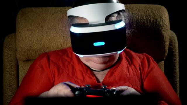 mujer-de-70-años-jugando-videojuegos-utiliza-VR-auriculares-y-controlador-de-juegos-de-azar