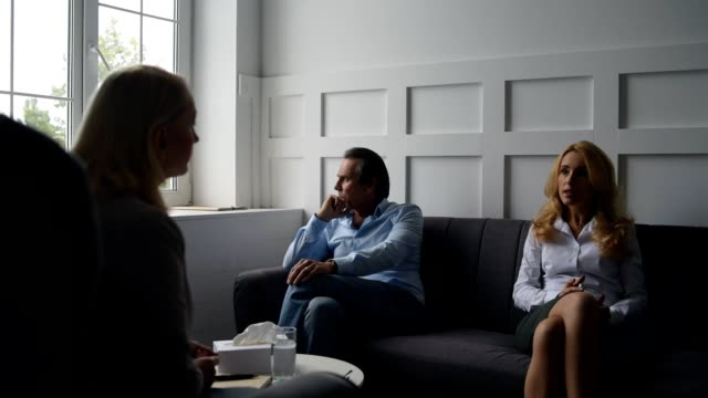 Familia-hablar-acerca-de-las-relaciones-con-psicólogo