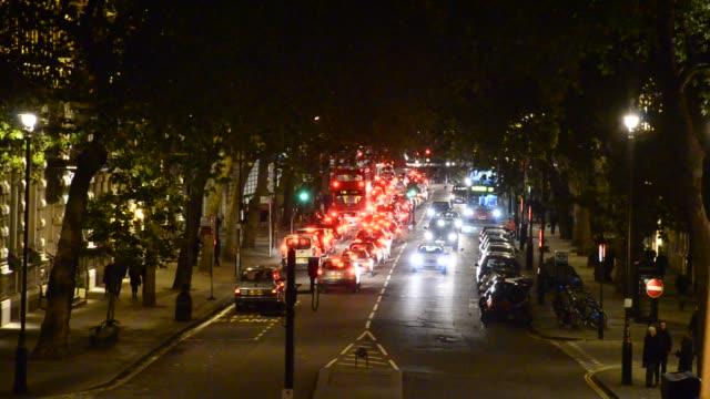 Atasco-de-tráfico-de-la-noche-se-reduce-hacia-la-torre-de-Londres-y-Tower-Bridge-en-Londres-