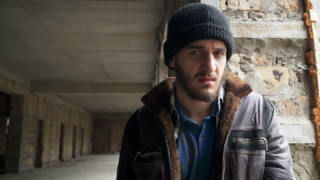 Obdachlose-in-der-Kamera-sieht-und-raucht-Zigarette
