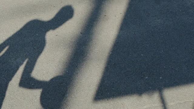 Sombra-del-jugador-de-baloncesto-botando-la-pelota-en-el-patio-estilo-de-vida-activo