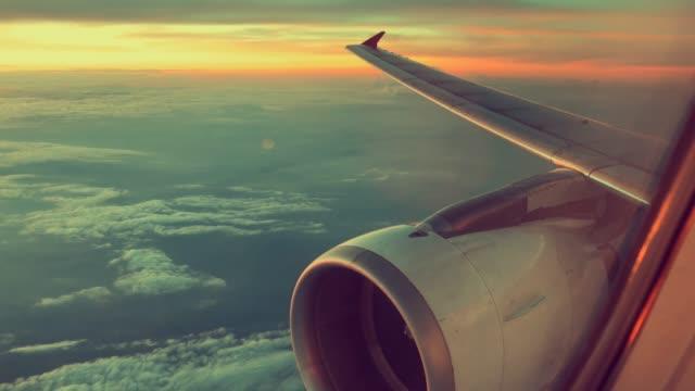 Flugzeug-View-Fenster-Konzept-Blick-auf-Fenster-Flugzeug-sehen-Motor-und-Flügel-auf-Wolke-und-himmelblau-oder-azurblauen-Himmel-auf-dem-schönen-Land-