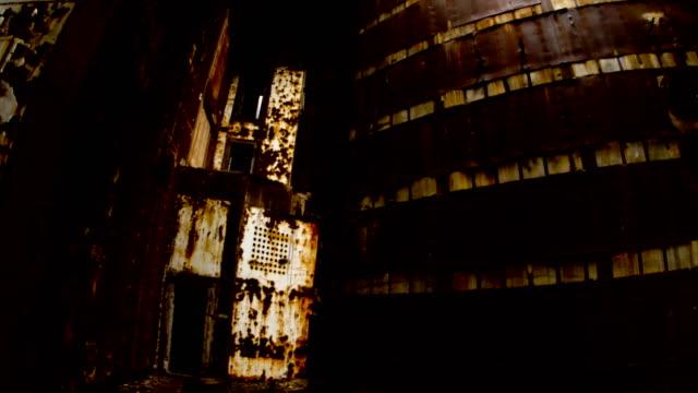 gigante-ruinas-de-un-edificio-de-metal
