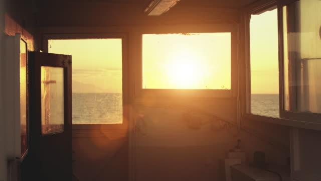 Amanecer-desde-la-cabina-de-cubierta-de-intemperie-de-ferry-crucero