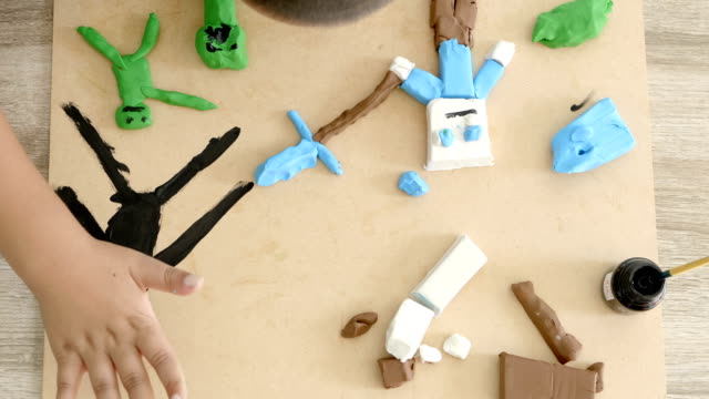 Manos-del-niño-jugando-colores-arcilla-y-pintura-sobre-tabla-Desarrollo-de-las-habilidades-motoras-finas-de-los-dedos-y-creatividad-educación