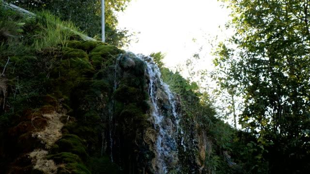 schöne-Aterfalls-im-tiefen-Wald-im-Park-Sonnenlicht