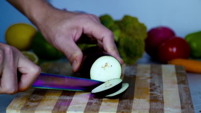 Chef-es-vegetales-de-corte-en-la-cocina-cortar-el-pimiento-rojo-dulce