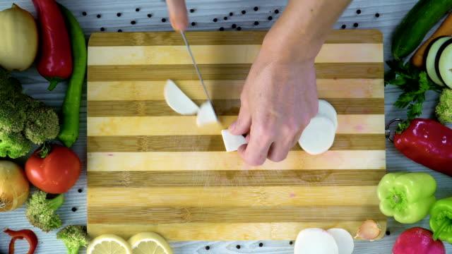 Chef-es-cortar-Nabo-negro-en-la-cocina-cortar-el-rábano-negro