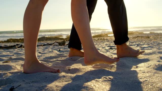 Niedrige-Teil-der-Paare-die-am-Strand-an-einem-sonnigen-Tag-4k