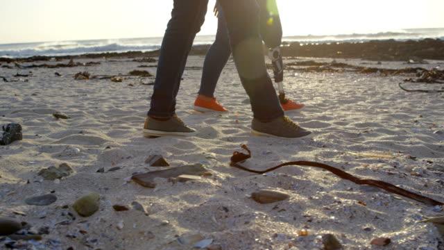 Romantisch-zu-zweit-zu-Fuß-am-Strand-an-einem-sonnigen-Tag-4k