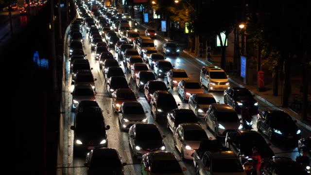 Atasco-de-tráfico-en-la-concurrida-calle-durante-hora-de-acometidas-en-la-noche