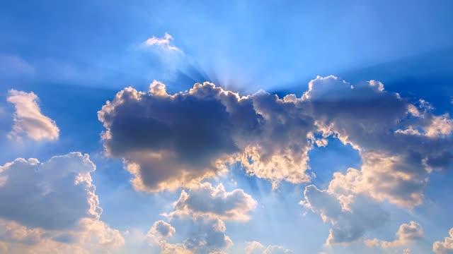 4K-Tiempo-lapso-movimiento-nubes-y-nubes-blancas-volando-en-el-cielo-azul-con-sol