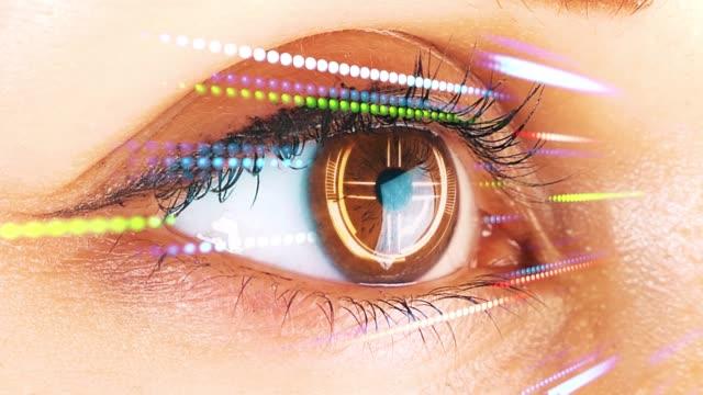 Ojo-femenino-con-interfaz-futurista-Visión-futurista-de-la-realidad-y-el-concepto-de-tecnología-cibernética