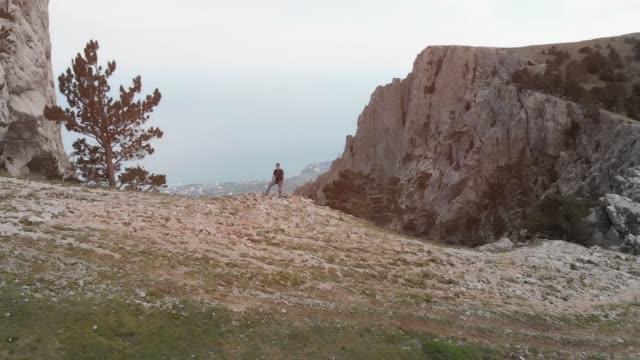 Excursionista-levanta-sus-manos