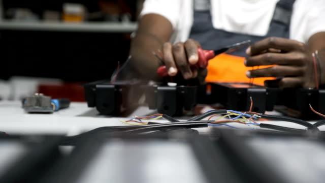 Ingeniero-que-trabaja-en-fábrica-de-LED
