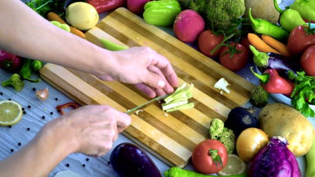 El-hombre-es-vegetales-de-corte-en-la-cocina-cortar-el-pimiento-verde