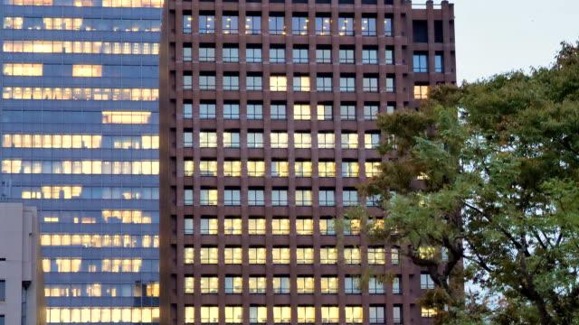 Gelbe-Lichter-aus-den-Glasfenstern-der-Gebäude-in-Tokio