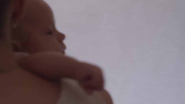 Babymädchen-ist-im-Mom-Hände-ruhig-und-ohne-ihr-Weinen