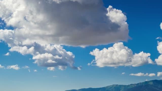 Lapso-de-tiempo-durante-el-día-de-nubes-tropicales-evolucionando-y-moviéndose-por-el-cielo