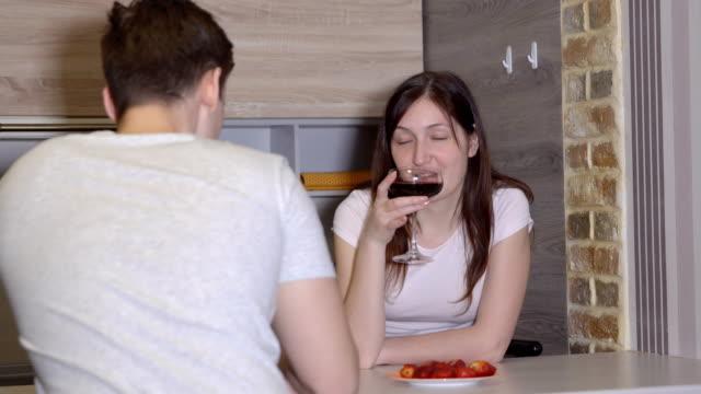 Joven-pareja-en-una-mesa-con-vino-y-frutillas-Noche-romántica