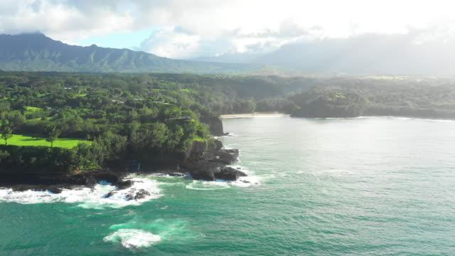Kauai-Hawaii-cinematográfico-vuelo-aéreo-alrededor-Resumen-isla-de-Ocean-Beach-a-Valle-soleado-de-las-montañas-tropicales-Hyperlapse