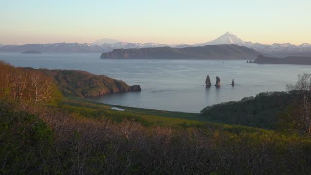 Atemberaubende-Sommerlandschaft-der-Küste-von-Kamtschatka-Pazifik