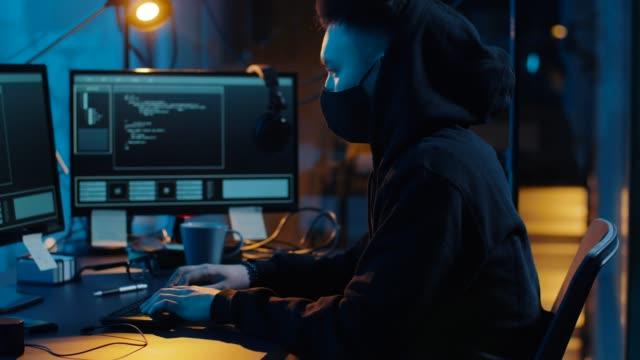 hacker-usando-el-ordenador-para-el-ciberataque-por-la-noche
