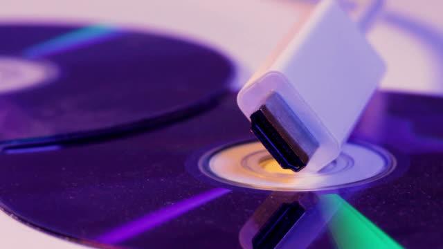 Detalle-del-cable-HDMI-blanco-con-la-reflexión-sobre-el-disco-en-blanco
