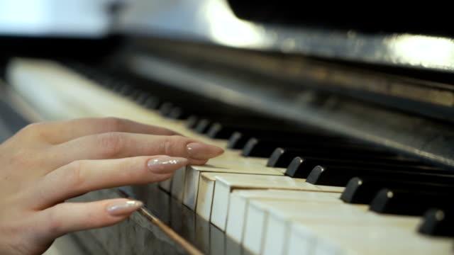 Mujer-toca-suavemente-las-teclas-piano