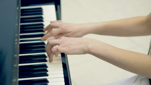 The-play-at-the-piano-No-face-close-up-steadicam-4K-