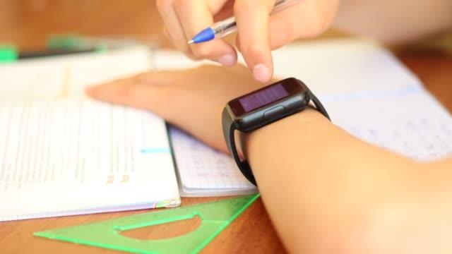 Joven-estudiante-E-Learning-utilizando-Smart-Watch