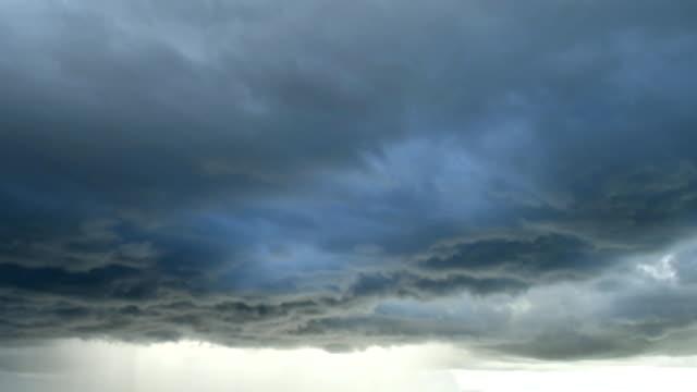 Licht-im-Dunkel-und-dramatisch-Gewitterwolken-Hintergrund-schwarze-Cumuluswolken-vor-Beginn-eines-starken-Sturms