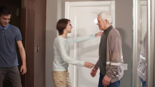 Volunteers-Visiting-Senior-Man-at-Home