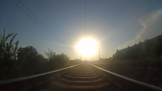 A-lo-largo-de-las-pistas-ferroviarias