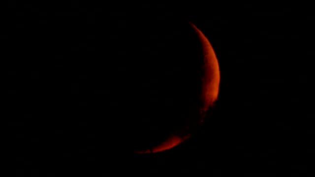 Ajuste-de-luna-tras-el-horizonte-y-el-bosque-fotografiado-a-través-de-un-telescopio-astronómico-y-una-montura-especial-para-el-seguimiento-de-objetos-celestes-Mis-trabajos-de-Astronomía-
