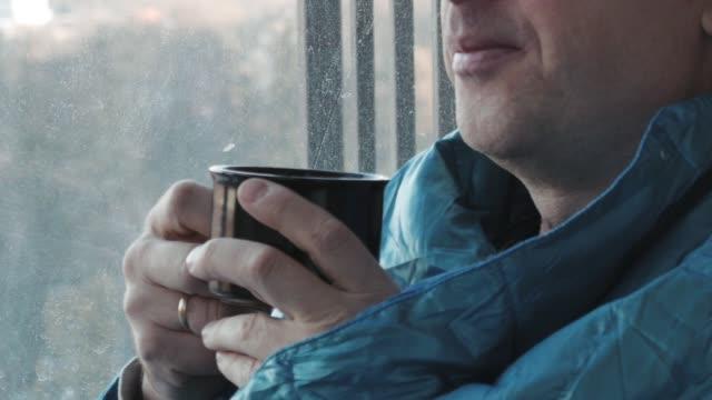 Menschen-trinken-Kaffee-am-Morgen-in-der-Küche-zu-Hause-nah-oben-Er-erstarrte-und-in-eine-Decke-gehüllt-