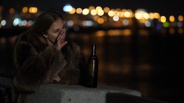 Mujer-triste-sentirse-solo-y-deprimido-por-la-noche-en-la-ciudad-llorando-Hay-una-botella-de-vino-junto-a-sus-4-Mo-lento-K