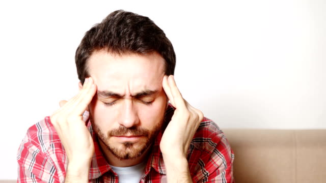 Hombre-que-sufría-de-dolor-de-cabeza