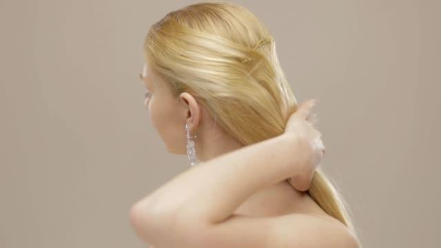 Hermosa-rubia-pelo-largo