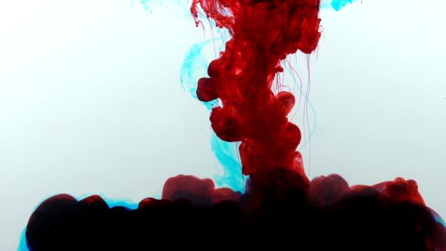 Pintura-con-sangre-roja-se-disuelve-lentamente-en-agua-reacción-química-Resumen