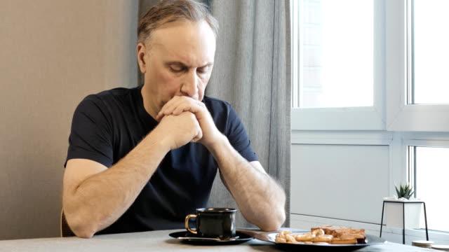 Erwachsener-Mann-am-Morgen-der-in-der-Küche-über-ihre-Probleme-zu-denken-Er-trinkt-Kaffee