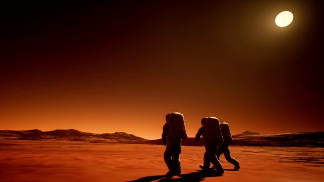 Drei-Astronauten-in-Raumanzügen-erforschen-den-Planeten-Mars
