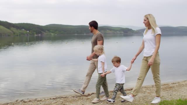 Familia-de-cuatro-caminando-por-el-lago